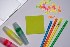 Notes collantes avec des marqueurs, stylos colorés, trombones s'étendant sur une table image libre de droits