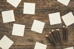 Notes collantes blanches et crayons colorés Photos libres de droits