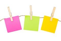 Notes collantes colorées avec des pinces à linge. Photographie stock