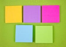 Notes collantes colorées sur le tissu vert. Images libres de droits