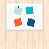 Notes collantes colorées vides avec la goupille sur le fond en bois images stock