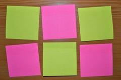 Notes collantes color?es sur le panneau de li?ge photos libres de droits