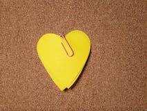 Notes collantes de forme de coeur sur le panneau de liège Photographie stock libre de droits