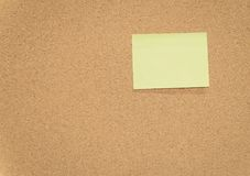 Notes collantes jaunes sur des babillards de liège Photo stock