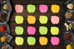 Notes collantes sur la vieille table en bois Configuration plate Concept de Reciepe Image libre de droits