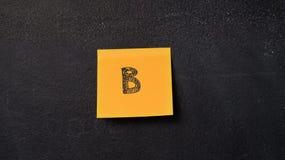 Notes collantes sur le tableau noir photo stock
