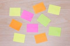 Notes colorées de rappel sur le bois Images libres de droits