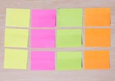 Notes colorées de rappel sur le bois Photos stock
