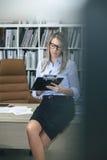 Notes d'écriture de femme se reposant au-dessus de la table de bureau Images stock