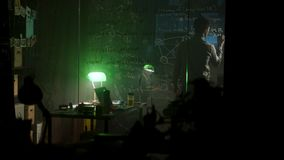 Notes d'écriture d'homme d'affaires sur le conseil de verre près du désordre sur sa table la nuit barre Se surmener d'homme, écri clips vidéos