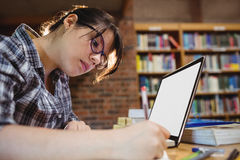 Notes d'écriture d'étudiante dans la bibliothèque Photos stock