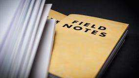 Notes de champ avec les pages blanches Image stock