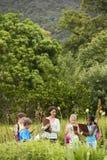 Notes de With Children Preparing de professeur pendant l'excursion sur le terrain photo stock