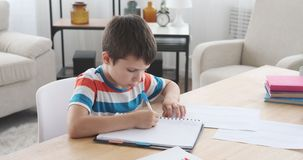 Notes de copie de garçon de papier dans le livre banque de vidéos
