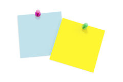 Notes de post-it avec des broches de poussée Photographie stock