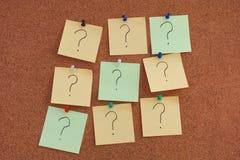 Notes de post-it avec des points d'interrogation sur des babillards photo libre de droits