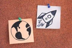 Notes de post-it avec la terre de planète et l'espace Rocket sur le boa de bulletin photo libre de droits