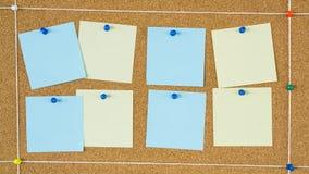 Notes de post-it colorées goupillées dans le conseil en bois photographie stock