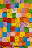 Notes de post-it de Colorfur avec des souhaits pour le jour de parent Photo libre de droits