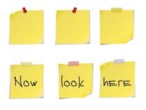 Notes de post-it jaunes d'isolement sur le fond blanc. Photographie stock