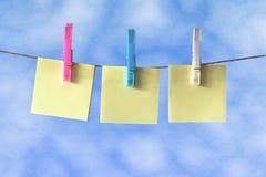 Notes de post-it sur la ligne de lavage Photos stock