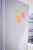 Notes de post-it sur le réfrigérateur Photographie stock