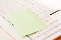 Notes de post-it sur un clavier Photo libre de droits