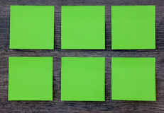 Notes de post-it vertes sur le fond en bois Photographie stock libre de droits