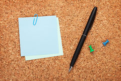 Notes de post-it vides sur le panneau d'affichage de liège Images libres de droits