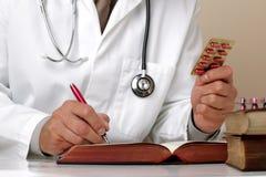 Notes de prescription d'écriture ou d'examen médical images stock