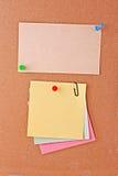 Notes de rappel avec la broche Images stock