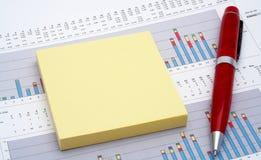 Notes et crayon lecteur sur le diagramme de revenus Image libre de droits