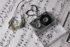 Notes fond et écouteurs Photo libre de droits