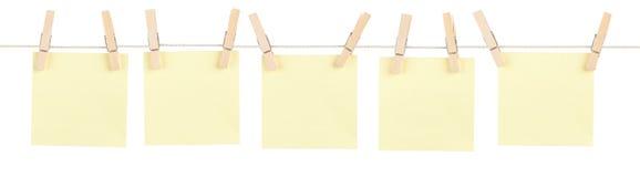 Notes goupillées par jaune Photographie stock