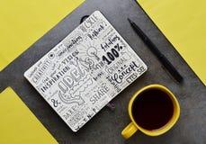 Notes graphiques de ` d'idées de ` en bloc-notes sur la surface en pierre Images libres de droits