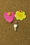 Notes and keys on corkboard Royalty Free Stock Photos