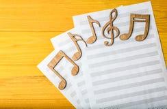 Notes musicales se trouvant sur des feuilles de musique Photo stock