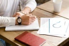 Notes parlantes d'homme d'affaires diligent dans le café images libres de droits