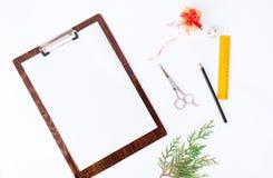 Notes pour faire la moquerie de liste pour le marquage à chaud branches et papeterie de sapin à l'arrière-plan Photos stock