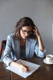 Notes réfléchies d'écriture de femme image libre de droits