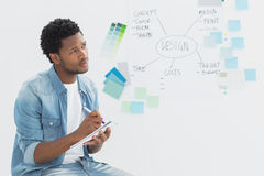 Notes réfléchies d'écriture d'artiste devant le tableau blanc Image stock