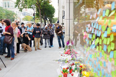 Notes to Steve Jobs on the glass of Apple store Stock Photo