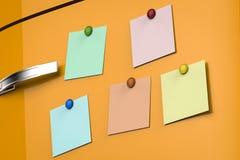 Notes vides sur le réfrigérateur Photographie stock