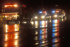 Notfahrzeuge auf einer regnerischen Nacht, Santa Paula, Kalifornien Stockbild