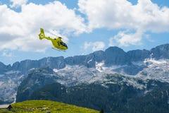 Nothubschrauber, der über den Bergen schwebt Lizenzfreies Stockbild