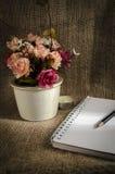 Noti la matita ed i fiori Immagine Stock Libera da Diritti