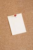 Noticeboard del corcho con una nota del color Imagenes de archivo