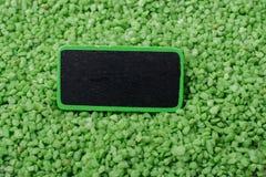 Noticeboard met kader op groen kleurenzand royalty-vrije stock foto