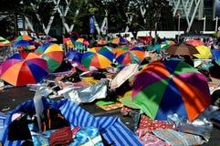 NOTICIA DE BMAJOR DE BANGKOK, TAILANDIA:  Más imágenes del movimiento de protesta antigubernamental de continuación por el bloque  Foto de archivo