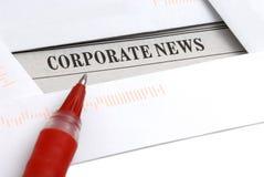 Noticias corporativas en periódico Imágenes de archivo libres de regalías